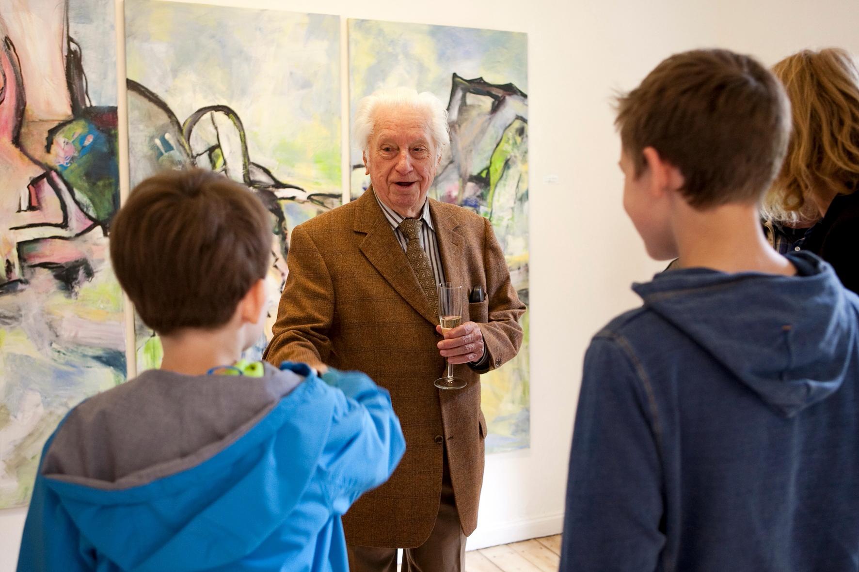 Jung und Alt diskutieren über Kunst